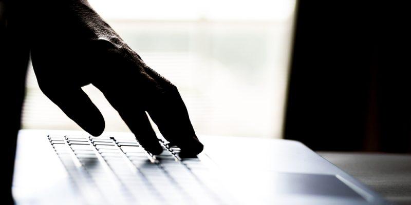 Mãos sobre um teclado de computador