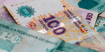 cédulas de pesos argentinos e reais
