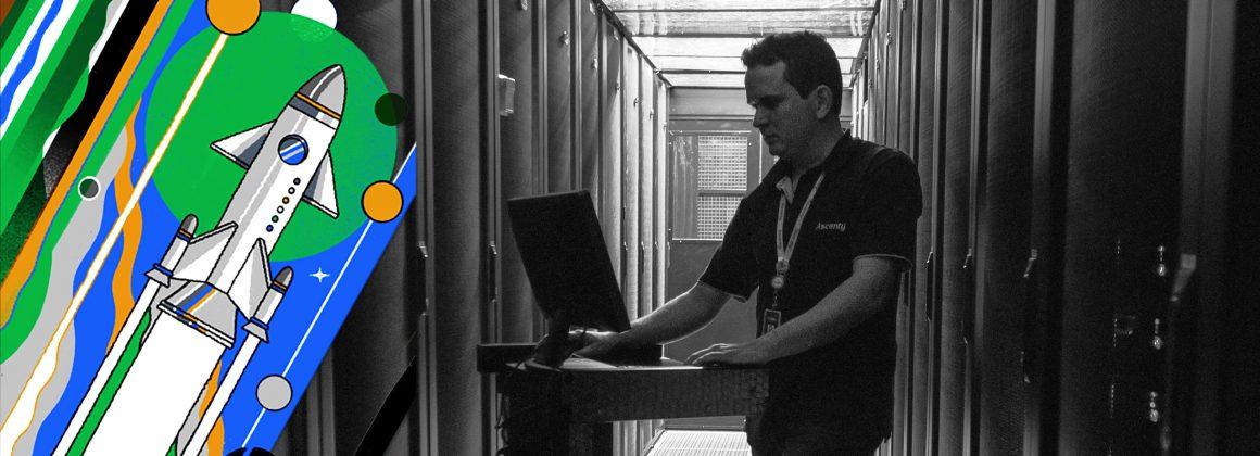 Funcionário da Ascenty em um dos data centers da empresa.