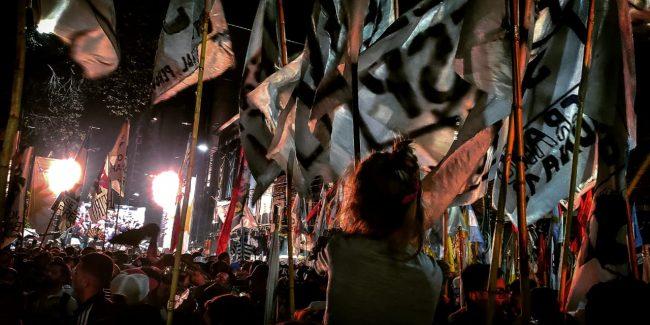 Multidão esperando pelos resultados das eleições na Praça de Los Andes, Buenos Aires.