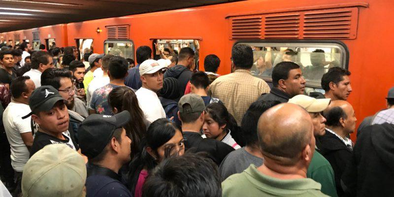 Pessoas esperam no metrô da Cidade do México.