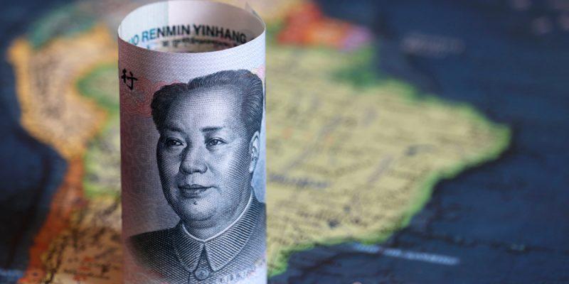 cédula de yuan em cima do mapa da América do Sul