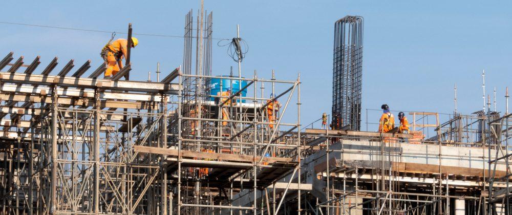 trabalhadores em uma construção de prédio