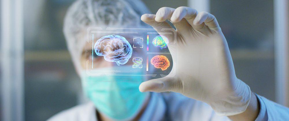 médico olha holograma com dados do cérebro