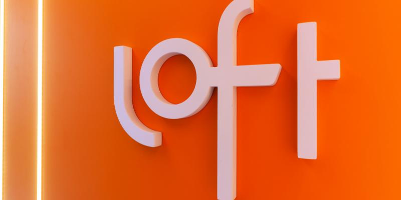 logomarca da startup Loft em uma parede