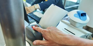 homem passando por biometria