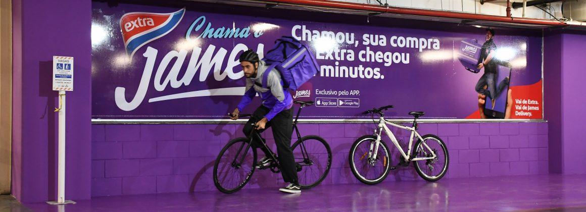 Entregador de bicicleta parceiro do aplicativo de entregas James Delivery