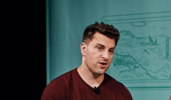 o co-fundador, CEO e chefe da comunidade do Airbnb, Brian Chesky