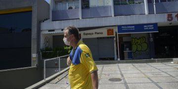 Carteiro trabalhando durante a pandemia no Rio de Janeiro.